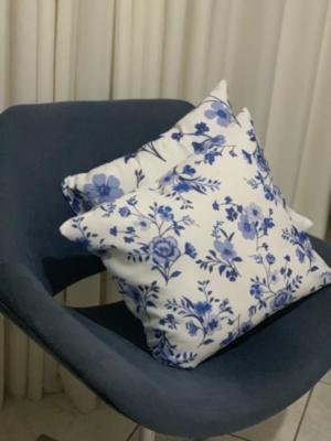 Modelo Flor Essence em Cadeira Azul